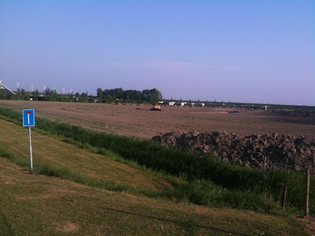 Een kraan staat klaar om de vijver uit te graven bij Camping De Grevelingen