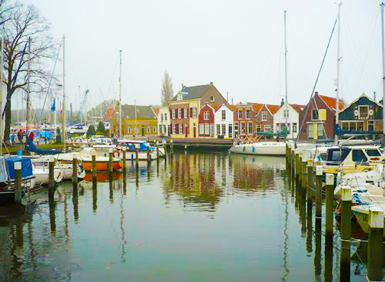 De haven van Middelharnis is aantrekkelijk voor liefhebbers van een chalet.